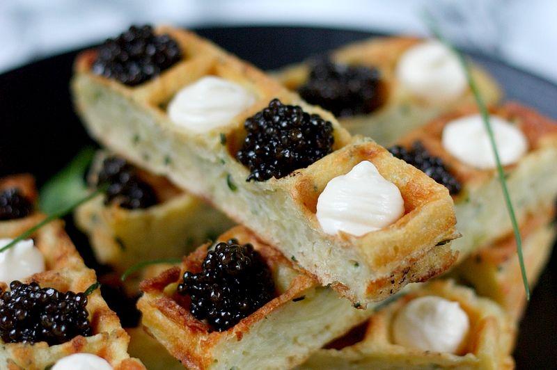 Fingers de gaufres à la ciboulette, caviar