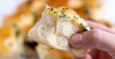 Pain apéritif garni au confit d'olive