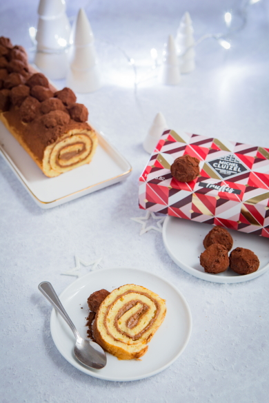 Décorer une bûche de Noël avec des truffes en chocolat