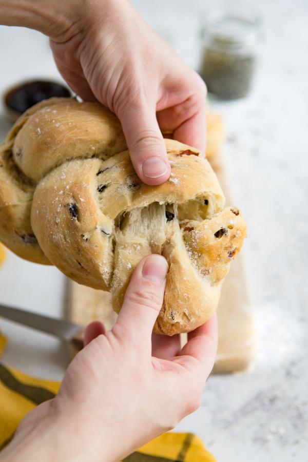 Tresse de pain aux lardons et olives noires