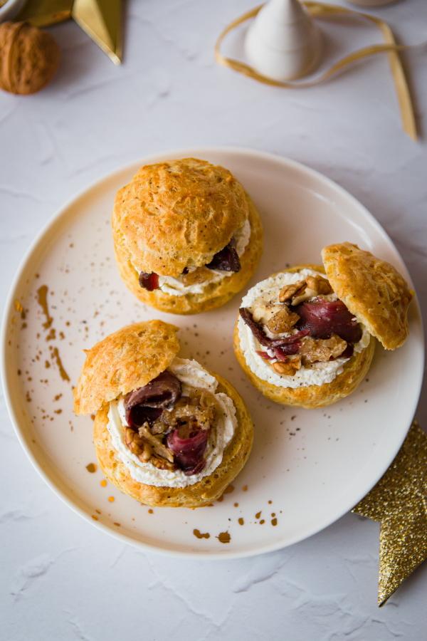 Apéritif de Noël : Chou au magret de canard, confit d'oignon et noix