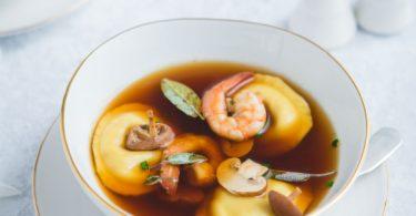 Ravioles aux cèpes, bouillon de crustacés
